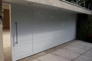 Portao de garagem com social